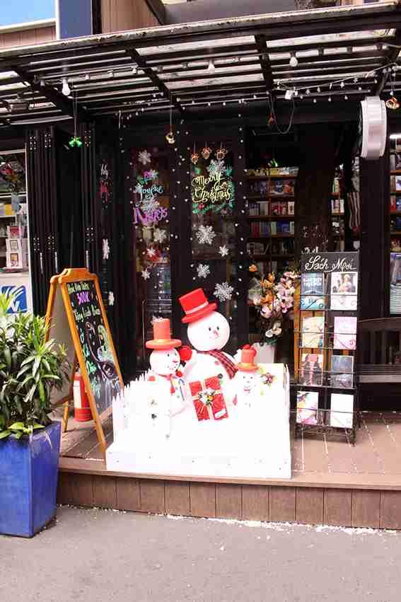 Trang tri Noel với người tuyết và decal dán kính bông tuyết